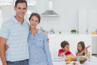 οικογένεια στην κουζίνα